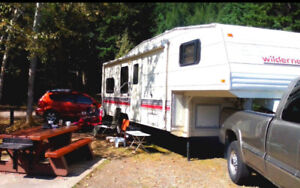 26'   Wildnerness 5th wheel 26N, sleeps 6, solar panels & Hitch