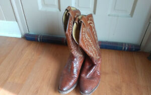 Selling a pair of cowboy boots. Size is 9d. Great condition. Lig
