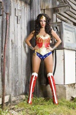 Wonder Woman Korsett mit Hotpants, Unterhose, Rock und Messing Manschette