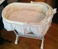 Bassinet / Moise in perfect condition, w/ mattress and sheets