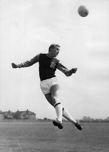 Bobby-Moore-West-Ham-United-Legend-Heading-10x8-Photo