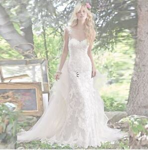 Brand new gorgeous wedding dress with tulle train - size 4