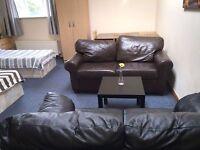 Bed in Massive Triple Room ** Zone 2 - Cheap !!