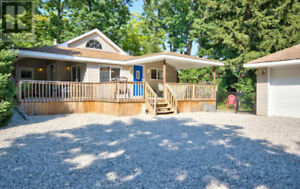 DOWNTOWN GRAND BEND COTTAGE RENTAL - Walk to Beach - Book Now!