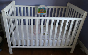 Crib, mattress, mattress cover and two fitted sheet