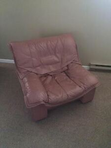 Beautiful leather chair, very comfortable (great condition!)