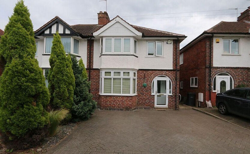 **** Refurbished 3 double bedroom house with 2 large receptions available now in Gantshill ***