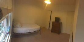 Double room in male student 3 bed houseshare in Guildford