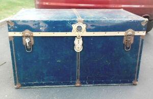 2 Gros coffres anciens en métal bleu marine et or