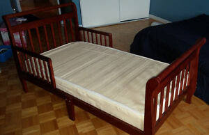 Kid's single wood bed with mattress