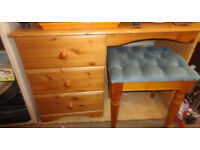 A NICE PINE/PINE EFFECT DESK/DRESSING TABLE AND STOOL