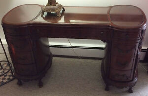 Beautiful high quality French desk 1900th with glass top inserts