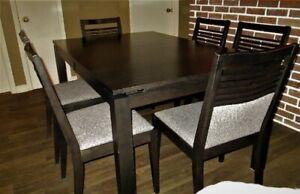 set de salle à dîner avec vaisselier