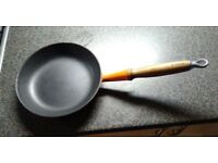Le Creuset – Cast iron frying pan with wooden handle