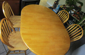 ** MAPLE TABLE & 4 CHAIRS ~ SOLID HARDWOOD ~ MINT CONDITION