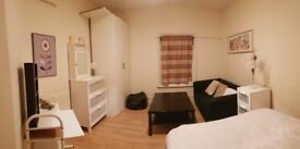 Beautiful Bedroom at 5 min away to the Broadway Shopping Center