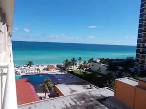 Seaside studio with balcony in Sunny Isles. On the beach.
