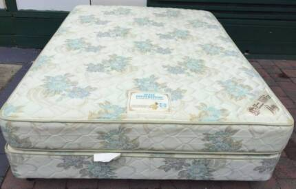 Excellent condition Sealy brand queen bed set. Delivery can do