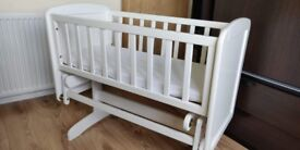Swinging crib with mattress and mattess protector