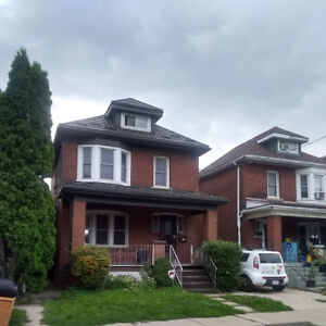 Bright and airy, 2 bedroom apt in detached home.