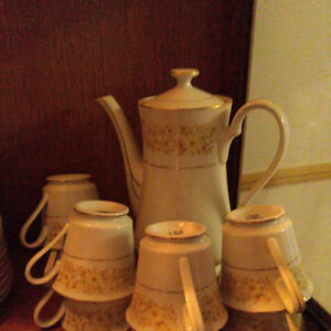 coffee/tea set with 8 cup and saucers