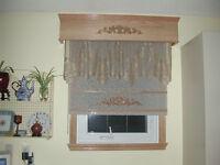 Valences en chêne pour porte-patio et fenêtre de cuisine