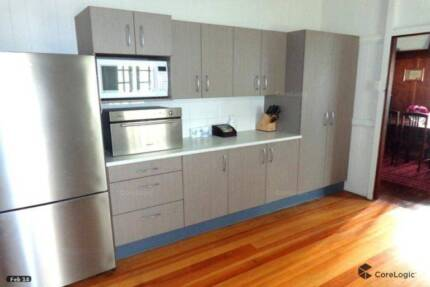 Queen Room, East Brisbane, lovely quiet area 10 mins to the City.