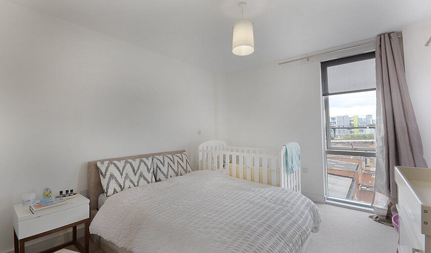 Views of Canary Wharf-Ultra modern 2 bedroom apartment with balcony!