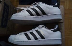 Chaussures Adidas Superstar blanches avec lignes noires