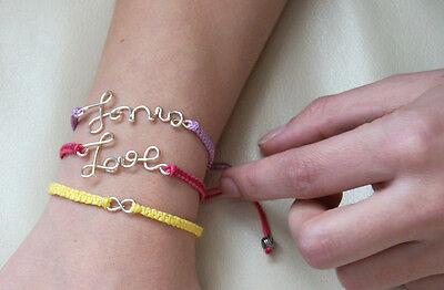 Ein persönliches Armband mit dem Namen Deiner Mutter macht sich in der Geschenkbox besonders schön. (© Yellowgirl.at)