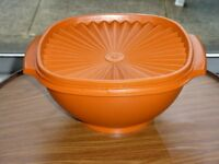 VINTAGE ORANGE TUPPERWARE ROUND AIRTIGHT STORAGE ROUND BOX.