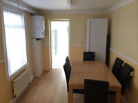 TWIN ROOM AVAILABLE IN LEYTON - COUPLES AND FRIENDS WELCOME