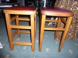 2x BREAKFAST BAR WOODEN STOOLS WITH PADDED SEATS APPROX 52cm TALL IN GOOD CONDITION