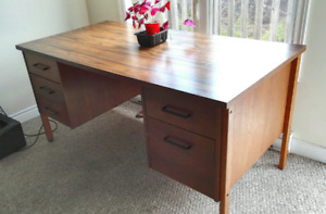 Desk/Writing table/Like brand new! 1520x760mm
