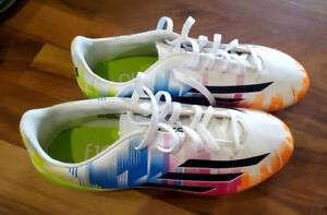 Like new Messi soccer kleats, size 5