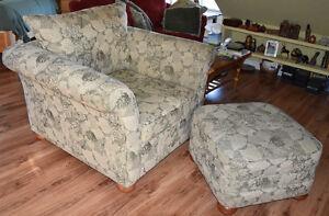 Chair, Ottman, 2 Matching Accent Pillows