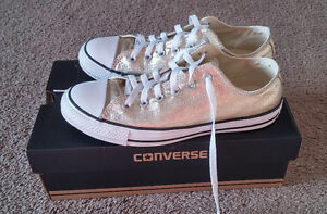 Unisex mint condition gold Converse