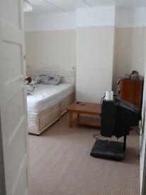 1 DOUBLE BEDROOM GROUND FLOOR FLAT LOCATED IN COWLEY £900PCM