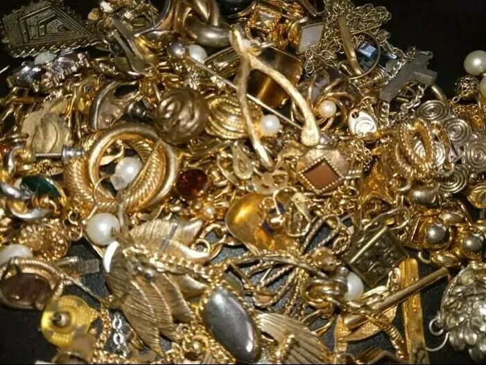 LOTS & LOTS of BEAUTIFUL VINTAGE ESTATE JEWELRY (UNSEARCHED & untested!)