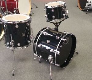 "DW Drums - Performance Series with 18"" Bass Drum (Black Mirra)"