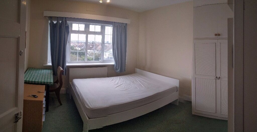 Spacious double room to let- located just outside of Hendon Central Station, must be seen!