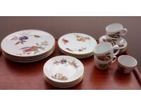 Royal Worcester Evesham Gold dinner set