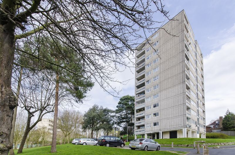 2 bedroom flat in Tangley Grove, Roehampton, SW1