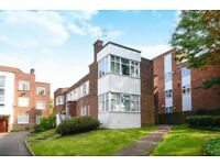 2 bedroom flat in Moss Hall Court, West Finchley, N12