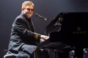 *REWARD* IF YOU HAVE A PICTURE OF ELTON JOHN SIGNING MY ALBUM !