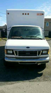 Camion Cube 16 pieds Ford E-350 Diesel avec **TAILGATE**