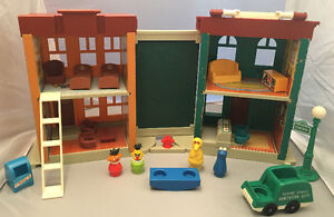 Vintage Fisher Price #938 Sesame Street Apartment play house toy