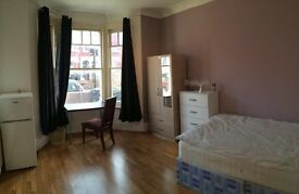 amazing house with living room and garden, 3 rooms available!!