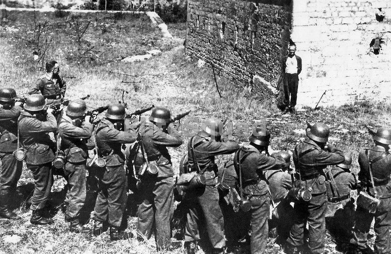 WW2 Photo Member of the French resistance smiling at a German firing squad 642