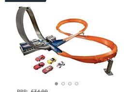 BRAND NEW hot wheels track (motorised) + 5 cars